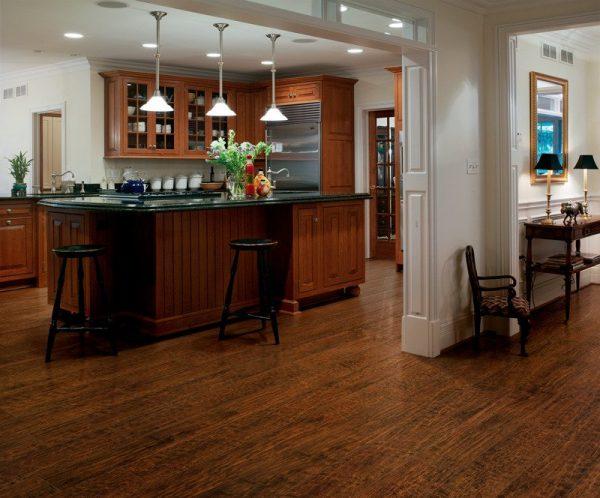 Коричневый ламинат на большой кухне