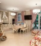 Односторонние шторы на кухне в стиле прованс