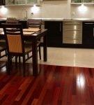 Яркий ламинат и светлая напольная плитка в кухне-столовой