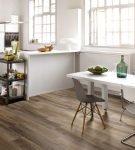 Коричневый ламинат на кухне с белой мебелью