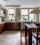 Тёмная мебель на кухне со светлым ламинатом
