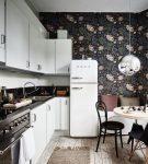 Обои с крупным рисунком на маленькой кухне