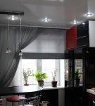 Тёмно-серые лёгкие шторы на одну сторону окна
