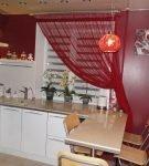 Яркие односторонние шторы на кухне
