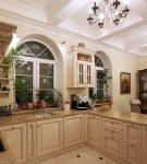 Кухня с мебелью тёмного и светлого дерева
