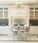 Центральное положение люстры в кухне классического стиля