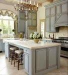 Роскошная люстра на кухне в классическом стиле
