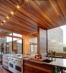 Кухня в современном деревянном доме