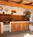 Кухня в стиле кантри с жаровней