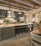 Дизайн кухни в стиле кантри в загородном доме