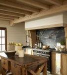 Интерьер кухни в стиле шале в загородном доме
