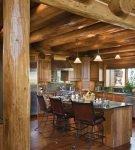 Красивые деревянные поверхности на кухне в стиле шале