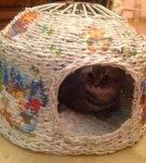 Дом для кошки из газетных трубочек