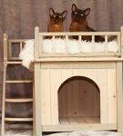 Деревянный дом для кошек