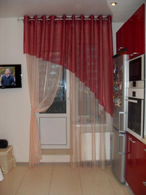 Шторы на люверсах с балконной дверью