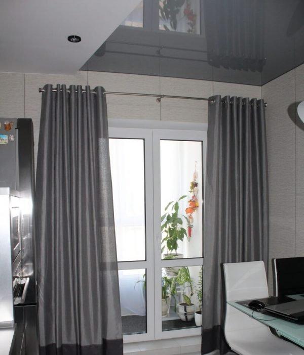 Серые шторы с серебристыми люверсами