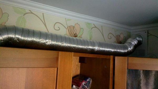 Вентиляционная труба на кухне из алюминиевой гофры