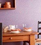 Сиреневые виниловые обои в обеденной зоне кухни