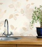 Бледные виниловые обои в зоне фартука на кухне