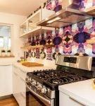 Разноцветные виниловые обои в зоне фартука на кухне