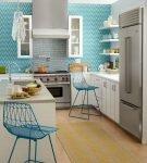 Голубые виниловые обои на светлой кухне
