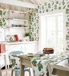 Сочетание ярких виниловых обоев и текстиля на кухне