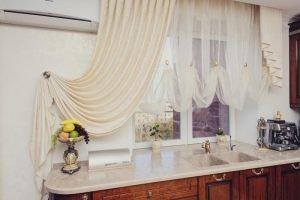 шторы с подхватом на одну сторону в кухне