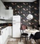 Тёмные обои на небольшой кухне