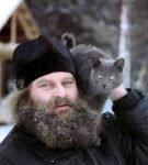 Кошка на плече у монаха
