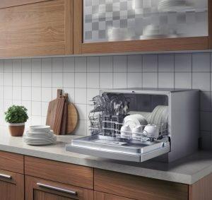 настольная посудомойка в интерьере
