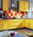 Красная и жёлтая квадратная керамическая плитка в сочетании с цветочными деталями