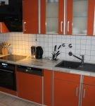 Белая квадратная плитка на кухне с красным гарнитуром