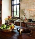 Отделка квадратной плиткой фартука кухни