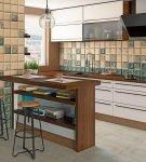 Бежевая и зелёная плитка на кухне