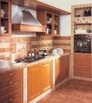 Коричневая плитка на стенах и полу кухни