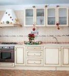 Кухня, отделанная плиткой двух цветов