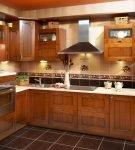 Кухня с отделкой стен светлой и тёмной плиткой