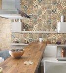 Кухня, где одна стена украшена плиткой с узорами