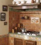Кухня с плиткой в коричневых и зелёных тонах