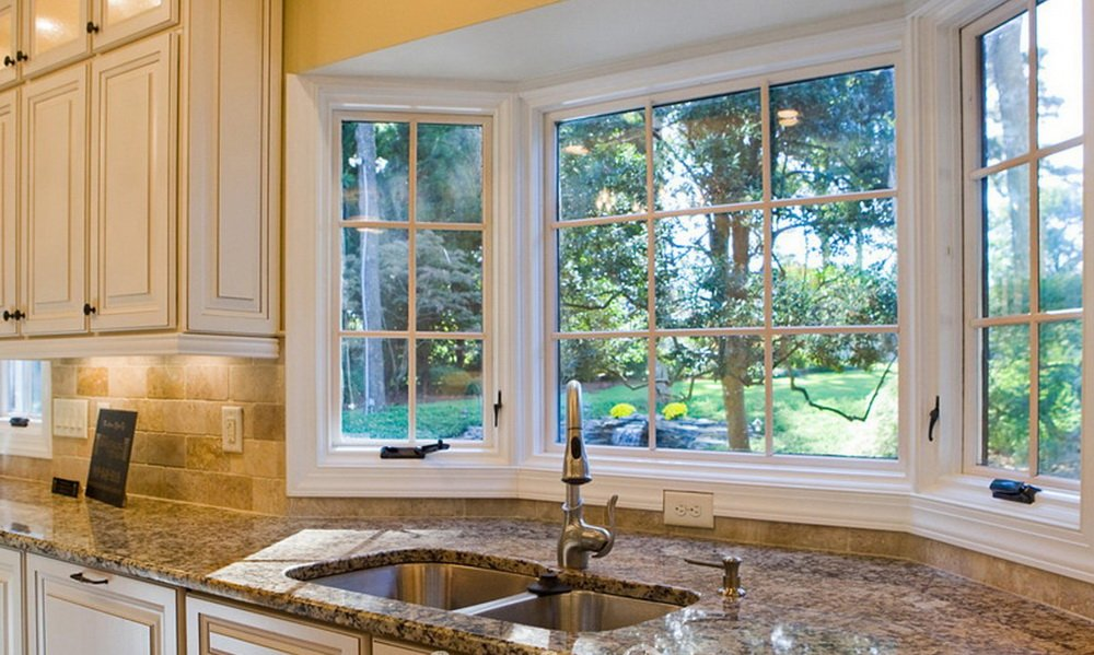 кухня со столешницей вдоль эркерного окна фото