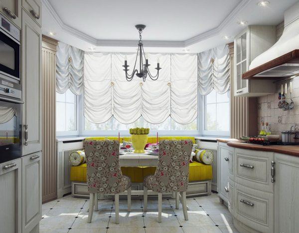 Светлая отделка кухни и яркий текстиль