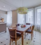 Просторная кухня-столовая с эркером