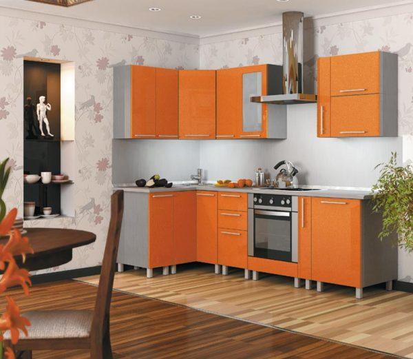 Оранжевый небольшой гарнитур в кухне-столовой