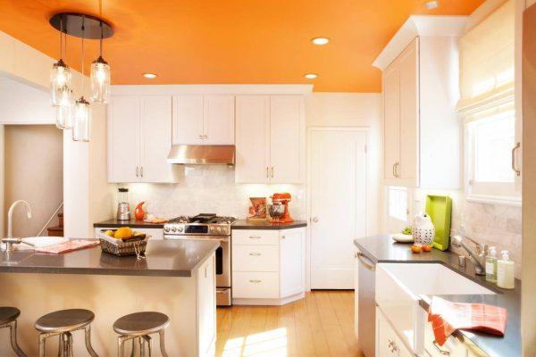 Оранжевый потолок на светлой кухне