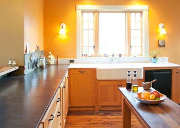Ровные стены бледно-оранжевого цвета на кухне