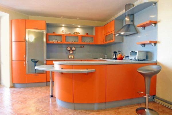 Оранжевый гарнитур и барная стойка на кухне
