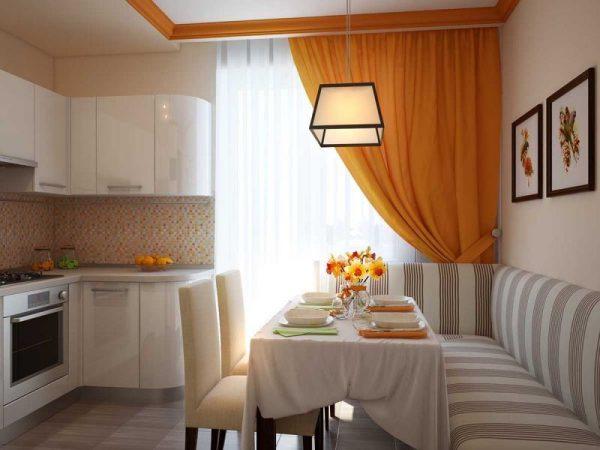 Яркие шторы в лаконичном интерьере кухни