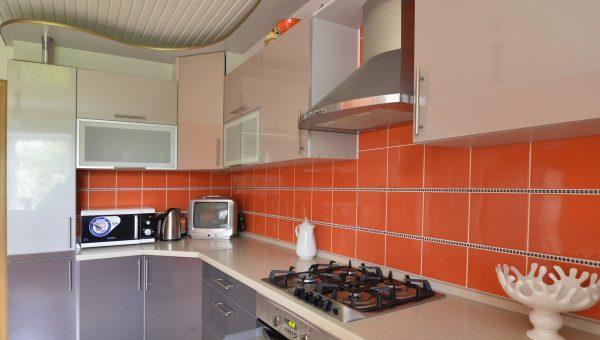 Фартук из оранжевой плитки на кухне