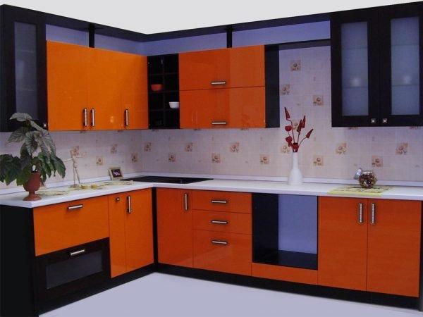 Чёрно-оранжевый гарнитур на кухне со светлыми стенами