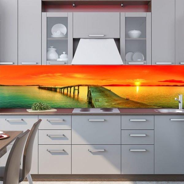 Стеклянный яркий фартук на кухне